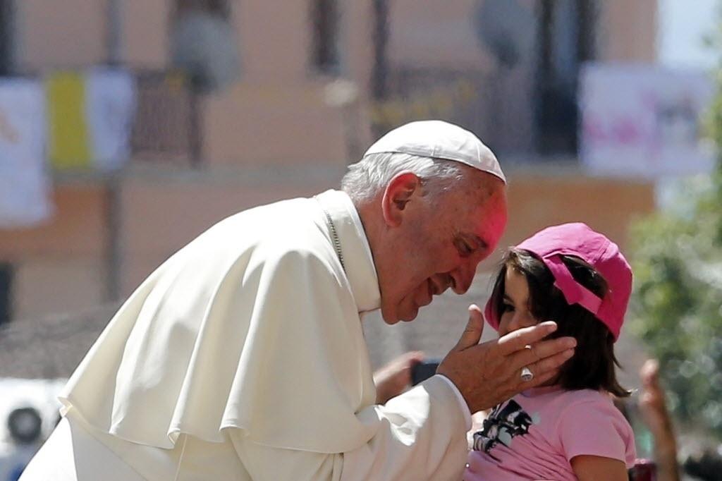 21.jun.2014 - Papa Francisco beija menina durante visita a região da Calábria, na Itália.  O pontífice denunciou neste sábado (21), em sua primeira visita à Calábria, o sofrimento das crianças vítimas da máfia, e enviou uma mensagem de solidariedade a mães e avós em uma prisão local