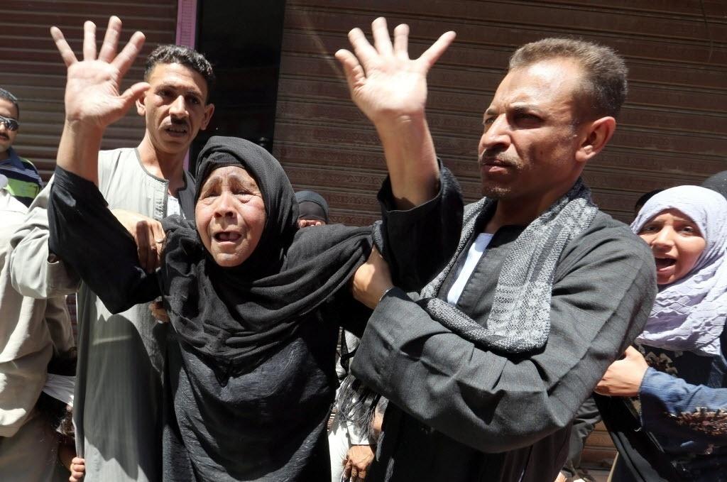 21.jun.2014 - Parentes de egípcios reagem a decisão do tribunal que confirmou neste sábado as condenações à morte contra 183 supostos partidário