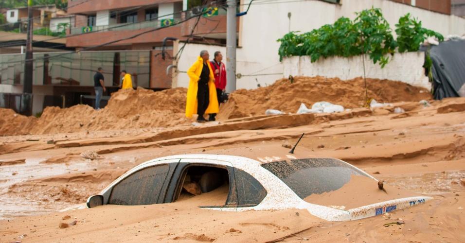23.jun.2014 - Carro fica parcialmente soterrado após deslizamento de terra na avenida Governador Sílvio Pedroza, na praia de Areia Preta, em Natal, no Rio Grande do Norte, nesta segunda-feira (23). O deslizamento foi provocado pela forte chuva da madrugada