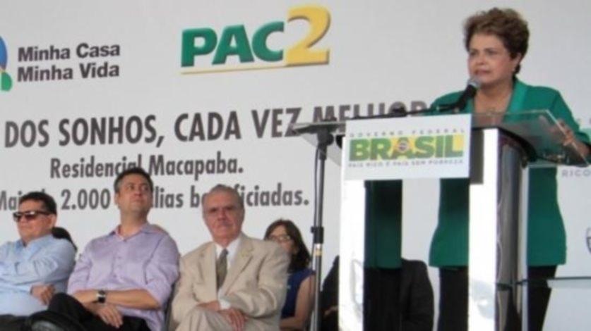 """23.jun.2014 - O senador José Sarney foi vaiado quando acompanhava a presidente Dilma Rousseff em cerimônia de entrega de 2.148 residências do programa Minha Casa, Minha Vida, em Macapá. Durante o evento, sofreu uma provocação do governador do Amapá, Camilo Capiberibe (PSB), que criticou as pessoas que """"se aliaram"""" à ditadura militar (1964-1985). Sarney ingressou em 1965 na Arena, partido que deu sustentação ao regime militar. Pela legenda, foi governador do Maranhão (1966-1970) e senador (1971-1979). No mesmo dia em que foi vaiado, Sarney comunicou à Dilma que desistiu de disputar a reeleição ao Senado, decisão em que encerra carreira pública de quase 60 anos"""
