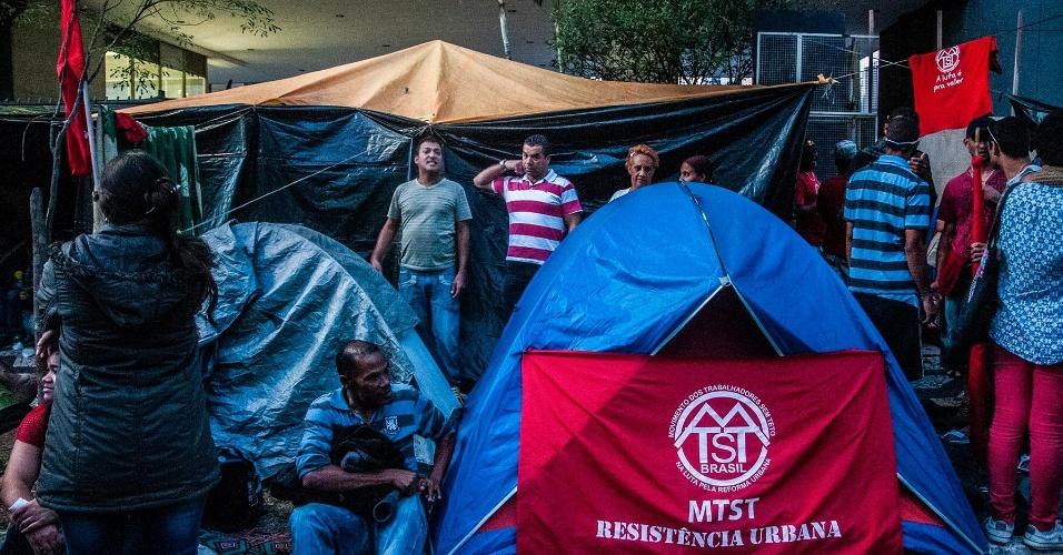 24.jun.2014 - Integrantes do Movimento dos Trabalhadores Sem-Teto (MTST) improvisaram um acampamento em frente à Câmara Municipal de São Paulo, nesta terça-feira (24), para pressionar pela votação do Plano Diretor