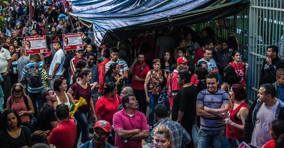 24.jun.2014 - Integrantes do Movimento dos Trabalhadores Sem-Teto (MTST) realizaram uma marcha da Praça da República, no centro de São Paulo, rumo à Câmara Municipal para pressionar pela votação do Plano Diretor, nesta terça-feira (24)