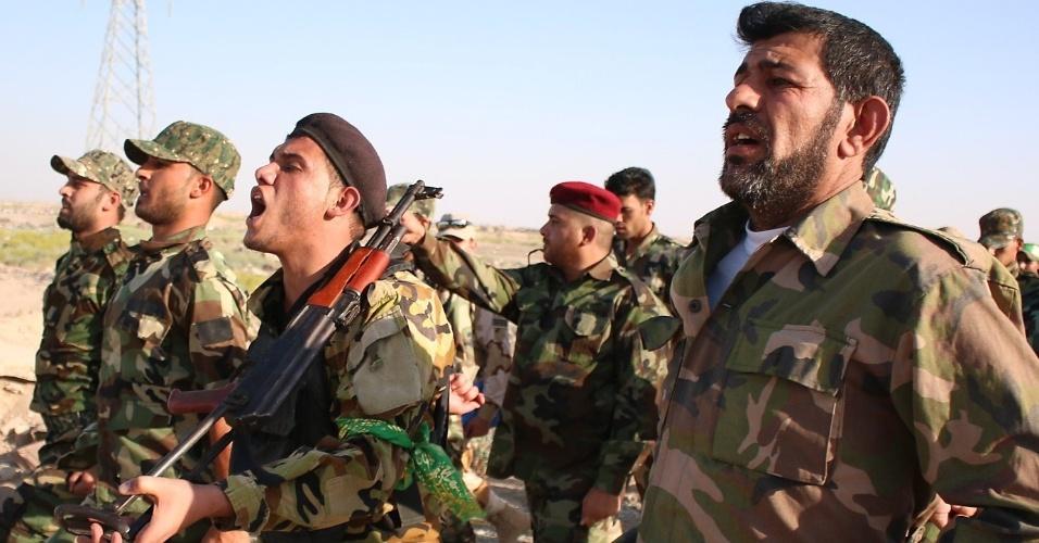 24.jun.2014 - Voluntários começam treinamento como soldados do exército iraquiano. O governo pede que civis peguem em armas para lutar contra a milícia