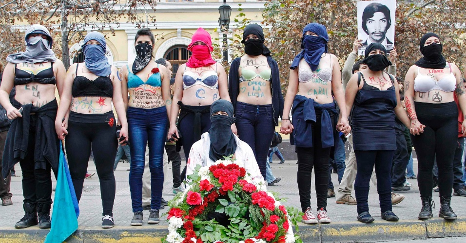 25.jun.2014 - Estudantes chilenos protestam em Santiago, nesta quarta-feira (25), por mudanças no sistema público de ensino. As exigências são as mesmas das manifestações que começaram em 2011: uma educação pública, gratuita e de qualidade.