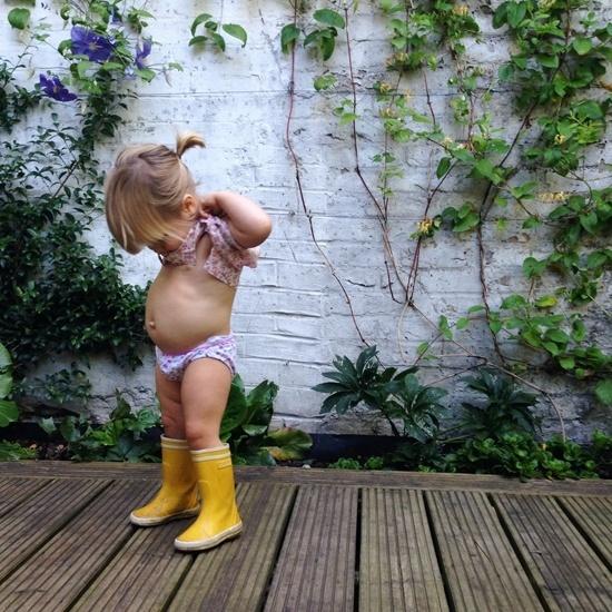 Marlow, de 18 meses, aparece na foto que foi removida do Instagram; mãe voltou a postar a imagem e teve o perfil bloqueado