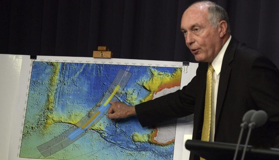 26.jun.2014 - O vice-primeiro-ministro australiano, Warren Truss, exibe mapa com a nova área de busca pelo voo MH370, desaparecido desde março, durante coletiva de imprensa no Parlamento, em Canberra. As autoridades australianas deslocaram a zona de procura para o sul de onde seria o destino final da aeronave