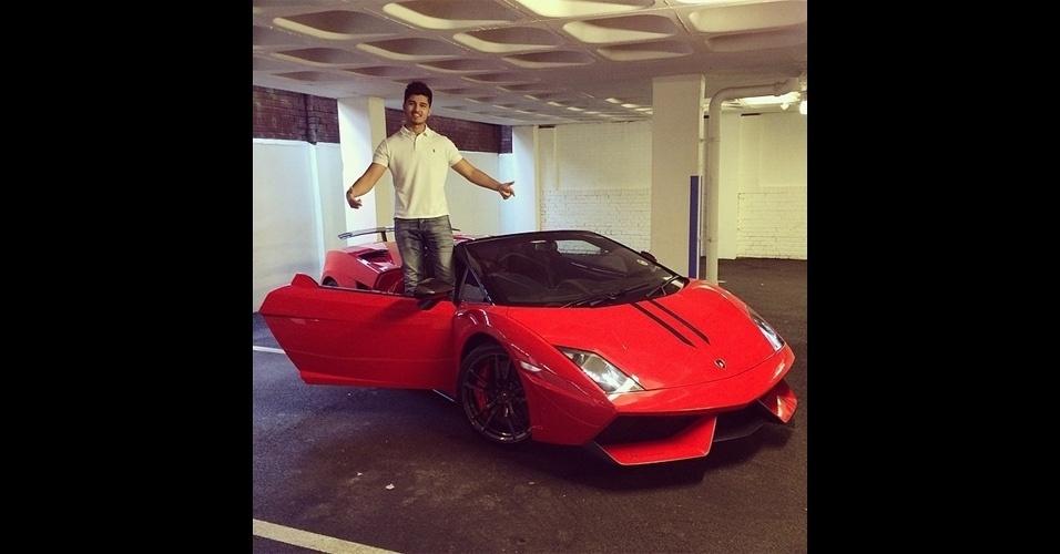 Aleem Iqbal usa o nome Lord Aleem nas redes sociais para divulgar fotos de carros luxuosos - a ostentação é garantida porque seu pai tem uma empresa de locação de veículos. Depois de mais de 1.660 postagens no Instagram, quatro desses automóveis foram queimados. Somados, eles valem 540 mil libras