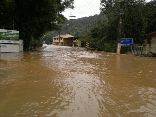 27.jun.2014 - Estrada na região de Joaçaba, em Santa Catarina, fica alagada devido a fortes chuvas que atingem as regiões oeste e meio-oeste do Estado. Alagamentos, queda de árvores e barreiras interrompem o trânsito em rodovias da região