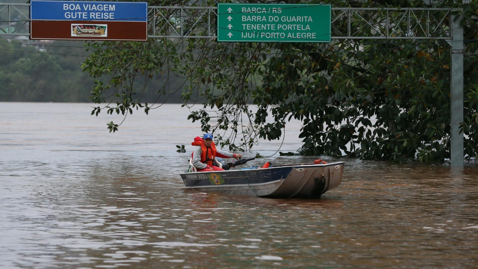 29.jun.2014 - Desde a última quarta-feira (25), as chuvas causaram enchente, enxurradas ou inundação em 37 municípios de Santa Catarina. Segundo a Defesa Civil, o número de desalojados e desabrigados é de cerca de 40 mil pessoas. Os números tendem a subir conforme os municípios encaminham os dados para o órgão estadual. Dos municípios atingidos, 14 decretaram estado oficial de emergência: Joaçaba, Palmitos, Itapiranda, Videira, Herval do Oeste, Capinzal, Presidente Castelo Branco, Lageado Grande, Piratuba, Planalto Alegre, Irá, Irani, Rio do Sul e Cordilheira Alta