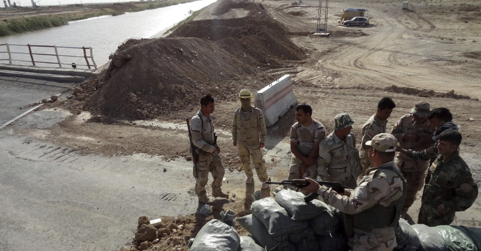 30.jun.2014 - Militares reforçam a segurança na fronteira entre Kirku e Tirik, no norte do Iraque. O reforço na segurança foi necessário por causa da ofensiva de militantes sunitas, que se apresentam como herdeiros de um regime que existiu da época do profeta Maomé até um século atrás