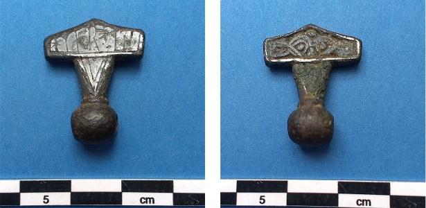 """Amuleto da era Viking com inscrição que diz: """"Isto é um martelo"""""""
