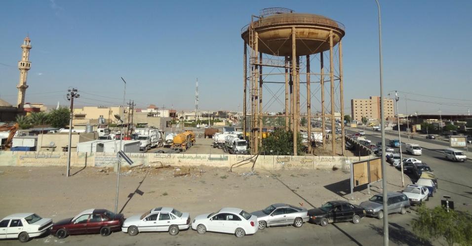 1º.jul.2014 - Temendo desabastecimento, motoristas de Kirkuk fazem fila para abastecer seus carros