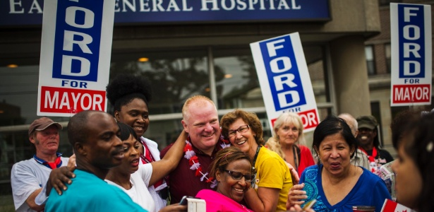 O prefeito de Toronto, Rob Ford, posa para foto com populares em sua primeira aparição pública após retornar de uma clínica de reabilitação para dependentes de drogas