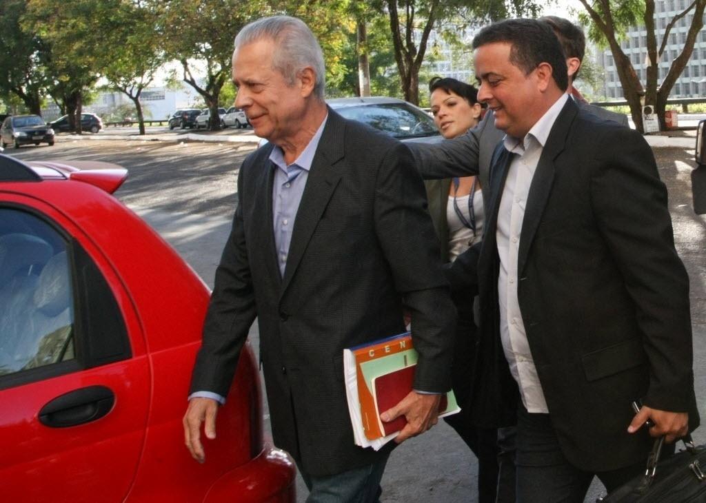 3.jul.2014 - Em seu primeiro dia de trabalho após ser preso, o ex- ministro José Dirceu deixou o CPP (Centro de Progressão Penitenciaria), em Brasília, às 7h27min desta quinta-feira (3) em direção ao escritório do advogado José Gerardo Grossi