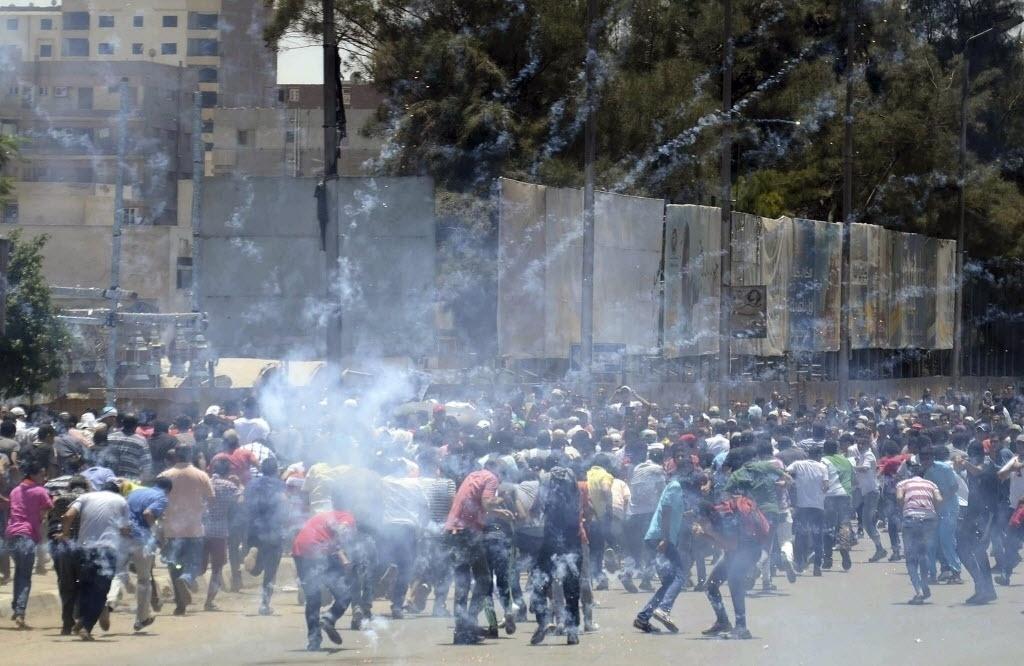 3.jul..2014 - Partidários do ex-presidente do Egito Mohamed Mursi, deposto há um ano pelo Exército, entraram em confronto com policiais no Cairo. Pelo menos cinco pessoas morreram durante o protesto