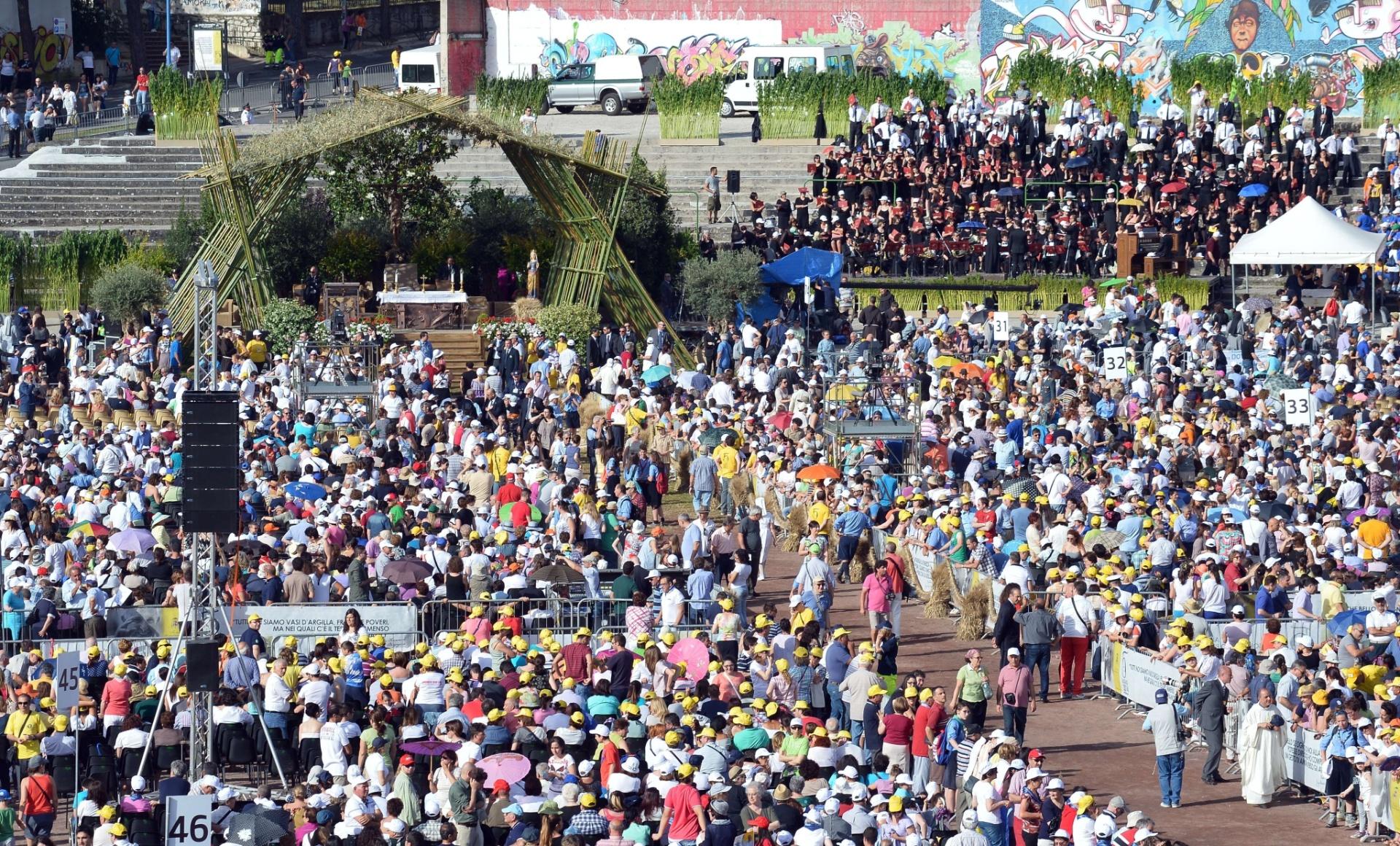 5.jul.2014 - Fiéis se concentram em área de Campobasso, no sul da Itália, antes da chegada do Papa Francisco, que vai celebrar uma missa