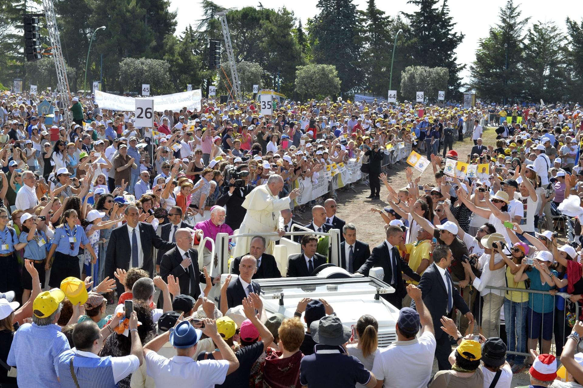 5.jul.2014 - Papa Francisco acena para fiéis antes de celebrar missa, em Campobasso, no sul da Itália