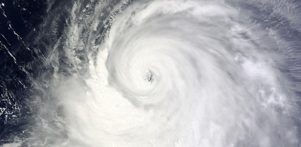 Imagem feita por satélite da NASA mostra o tufão Neoguri no Oceano Pacífico neste domingo (6). O fenômeno meteorológico se formou na última quinta-feira (3), mas passou a ser uma ameaça para os países asiáticos nesta segunda-feira (7). O tufão está em alto-mar, mas ganhou muita força nas últimas horas