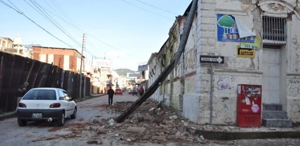 Imóvel na Guatemala é escorado com uma viga de metal após terremoto na manhã desta segunda-feira (7)