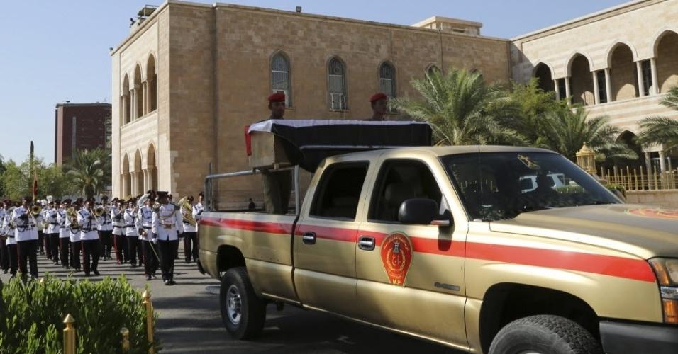 7.jul.2014 - Veículo militar transporta caixão do principal general do Iraque Negm Abdullah Ali para o enterro, em Bagdá, nesta segunda-feira (7). Ali foi morto em combate com insurgentes na área de Ibrahim Bin Ali. O exército luta para prender militantes islâmicos sunitas