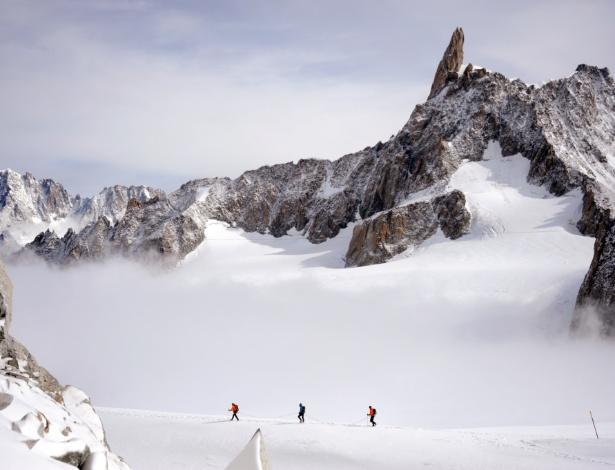 Grupo de três montanhistas sobe o Mont Blanc, montanha mais alta dos Alpes, que fica na fronteira entre a França e a Itália, em foto de 2013