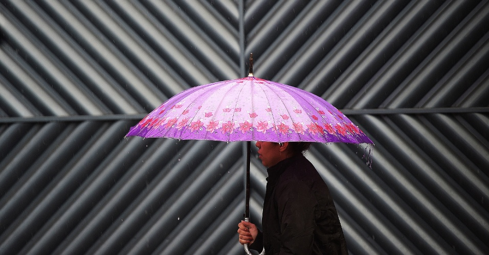10.jul.2014 - Paulistano enfrenta manhã fria e chuvosa, nesta quinta-feira (10), na região da avenida Cupecê, na zona sul de São Paulo. A previsão do tempo é de mínima 15ºC e máxima 19ºC