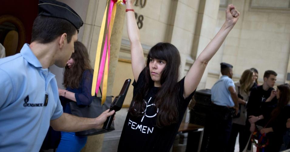 11.jul.2014 - Ativista da organização feminista Femen levanta os braços para revista em tribunal de Paris, antes do julgamento de uma ex-membro do grupo, nesta sexta-feira (11). A antiga ativista do Femen é acusada de