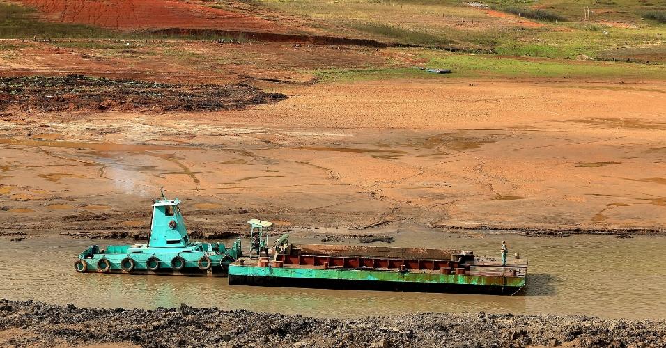 11.jul.2014 - Máquinas trabalham para a capitação do volume morto da represa reserva Jaguari-Jacareí, em Joanópolis, no interior de São Paulo, nesta sexta-feira (11). A Agência Nacional de Águas (ANA) prorrogou a outorga de direito de uso de recursos hídricos do Sistema Cantareira concedida à Sabesp, do governo do Estado de São Paulo, para até 31 de outubro de 2015. A outorga atual do sistema vence em agosto deste ano