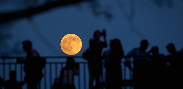 Nova-iorquinos observam a Superlua de ponte em Manhattan