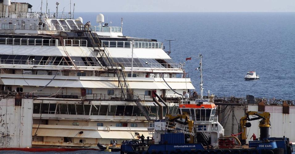 14.jul.2014 - Operários trabalham para fazer o navio Costa Concordia voltar a flutuar em frente à ilha italiana de Giglio