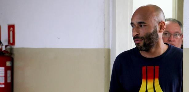 Ex-goleiro do Santos e filho de Pelé, Edson Cholbi Nascimento, o Edinho, deixa a delegacia, após 8 dias preso em julho deste ano