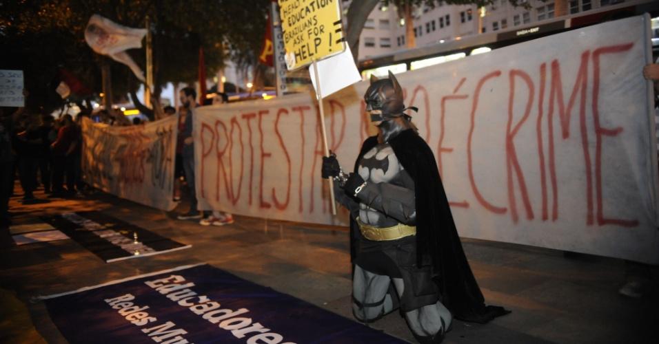 15.jul.2014 - Manifestante vestido de Batman protesta contra a prisão de ativistas envolvidos com manifestações na véspera da final da Copa do Mundo. O protesto acontece em frente ao Tribunal de Justiça do Rio de Janeiro, no centro da capital fluminense, nesta terça-feira (15). O TJ-RJ (Tribunal de Justiça do Rio) mandou soltar 13 das 19 pessoas presas no último sábado (12) sob a acusação de formação de quadrilha