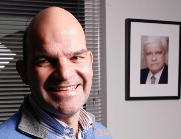 Marcelo Almeida (PMDB), o candidato ao Senado pelo Paraná; ao lado, o retrato do pai dele, Cecílio do Rego Almeida