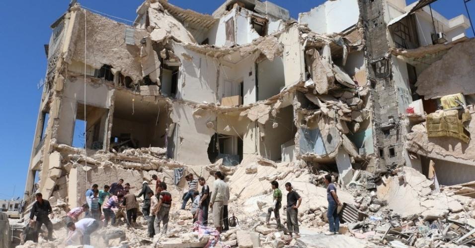 17.jul.2014 - Moradores sírios e equipes de resgate buscam por sobreviventes em escombros após ataque aéreo das forças governamentais, nesta quinta-feira (17), no norte da cidade de Aleppo. O ditador Bashar al-Assad foi empossado nesta terça-feira (16) para um novo mandato de sete anos