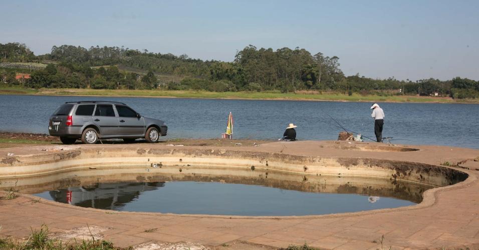 17.jul.2014 - Seca no rio Jundiaí, pertencente ao sistema Alto Tietê, na região de Mogi das Cruzes (SP), fez os pescadores descobrirem velhas construções, como piscinas e fossas abertas, nesta quinta-feira (17)