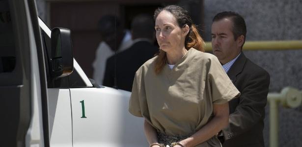 A atriz Shannon Richardson é escoltada de tribunal em Texarkana, Texas, após ser condenada a 18 anos de prisão por enviar cartas envenenadas a Obama