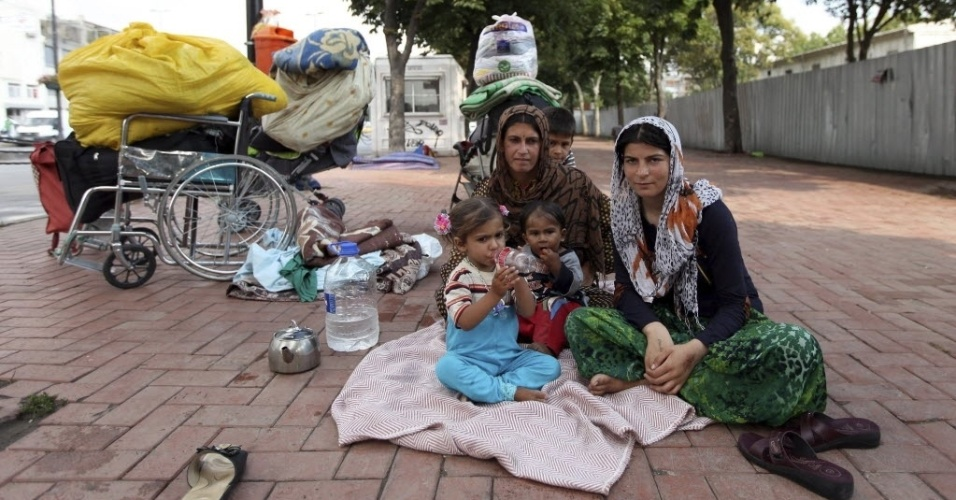 18.jul.2014 - Famílias que fugiram de Aleppo e de outras áreas da Síria vivem na rua, do lado de fora de um parque público no distrito de Fatih, em Istambul, na Turquia, nesta sexta-feira (18)