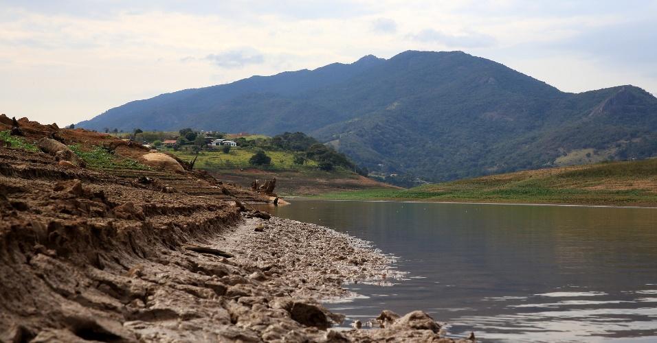 18.jul.2014 - Represa reserva Jaguari-Jacareí, na cidade de Bragança Paulista, no interior de São Paulo, apresenta índice de apenas 17,5% da capacidade do volume de água armazenado no Sistema Cantareira, nesta sexta-feira (18)