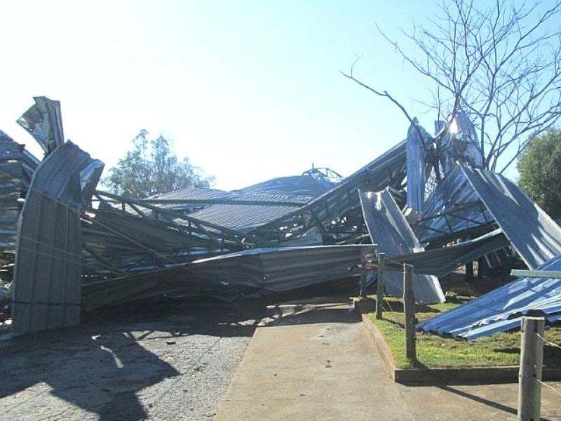 20.jul.2014 - Uma chuva, acompanhada de ventos fortes e granizo, causou na noite deste domingo (20) destruição e prejuízos na cidade mineira de Inimutaba (168 km de Belo Horizonte). De acordo com a Defesa Civil Estadual, casas foram destelhadas, houve quedas de postes de iluminação e árvores, além de a cobertura de uma quadra ter sido arrancanda. Segundo o Corpo de Bombeiros, formou-se uma camada de 50cm de gelo na MGT-259, que liga o município à cidade de Diamantina. A via precisou ser interditada para a remoção do gelo