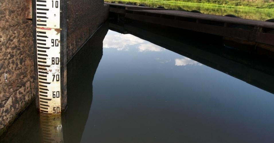21.jul.2014 - Régua do Daee (Departamento de Águas e Energia Elétrica) aponta baixo nível do rio Pardo, em Ribeirão Preto, nesta segunda-feira (21). Neste período do ano o nível costumava estar entre 1,2 m e 1,5 m, mas atualmente marca apenas 0,5 m