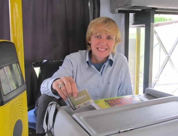 Para ajudar passageiros, cobradora anuncia paradas de linha de ônibus em SP (Crédito da foto: Rodrigo Borges Delfim/UOL)