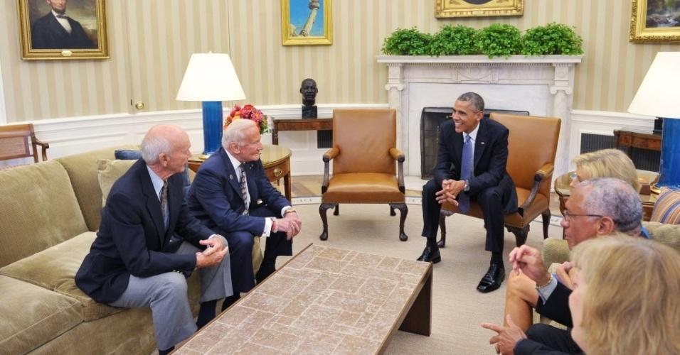 22.jul.2014 - O presidente dos EUA, Barack Obama, recebe integrantes da Apollo 11, incluindo os astronautas Michael Collins (esq.) e Buzz Aldrin (segundo à esq.), no 45º aniversário da primeira missão tripulada que pousou na lua, na Casa Branca, em Washington, DC. O segundo à direita é o atual administrador da NASA, Charles Bolden. A Apollo 11 foi a quinta missão tripulada do Programa Apollo e a primeira a realizar uma alunagem, no dia 20 de julho de 1969. A tripulação era composta pelos astronautas Neil Armstrong, Edwin 'Buzz' Aldrin e Michael Collins