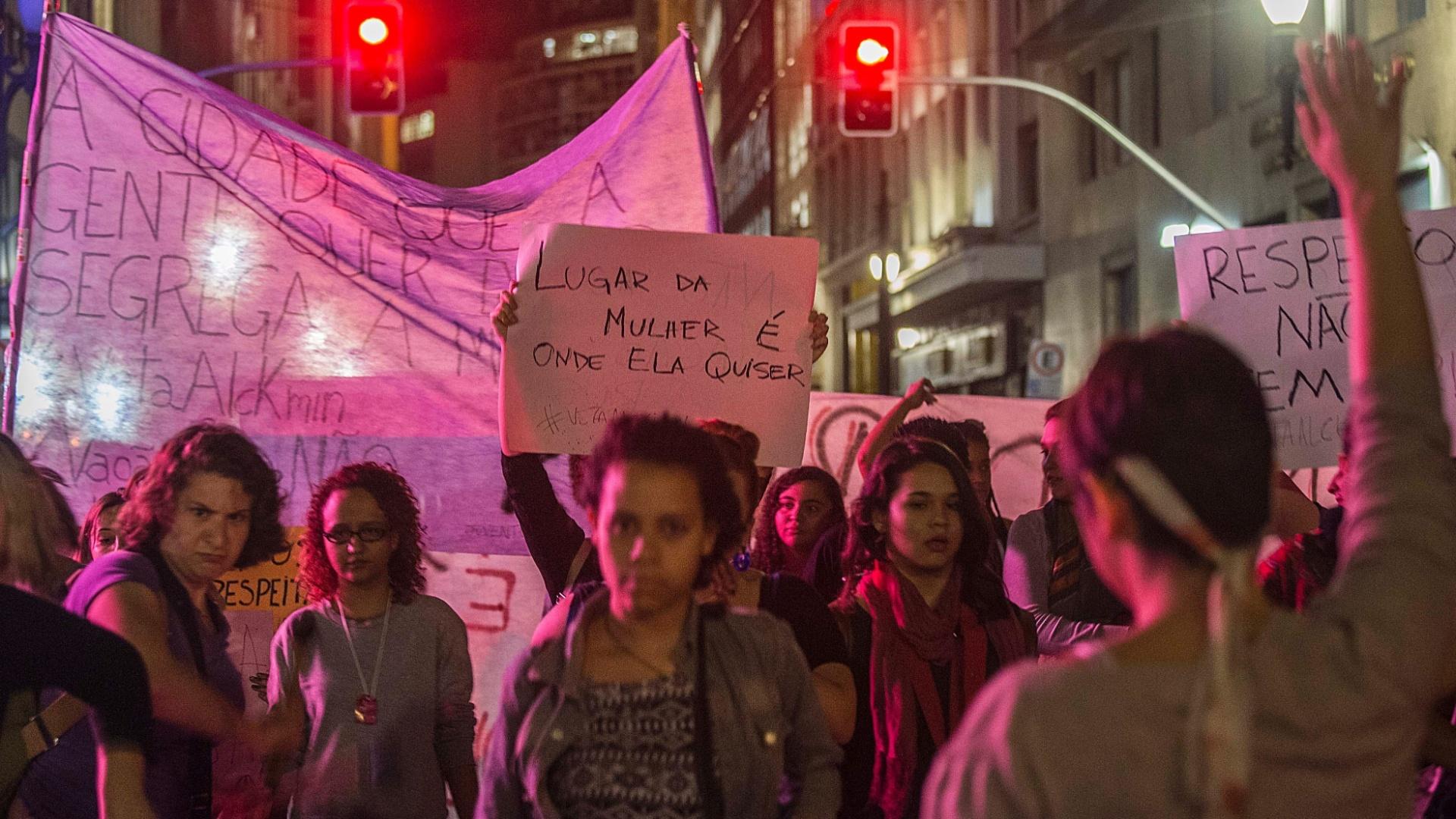 23.jul.2014 - Manifestante ergue cartaz ato unificado contra o