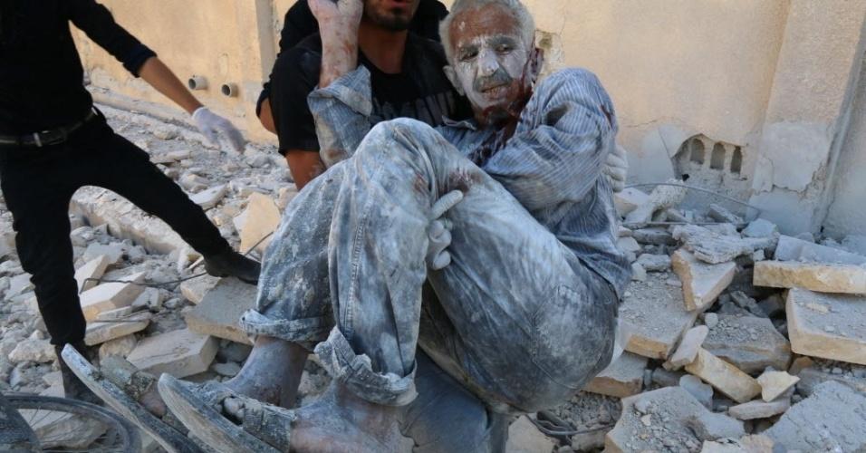 25.jul.2014 - Equipes de resgate retiram um homem dos escombros de uma casa em Aleppo, na Síria, após a explosão de uma bomba no bairro de Sakhour. O primeiro carregamento de ajuda humanitária da ONU para zonas sob controle rebelde na Síria entrou na quinta-feira (24) no país através da Turquia