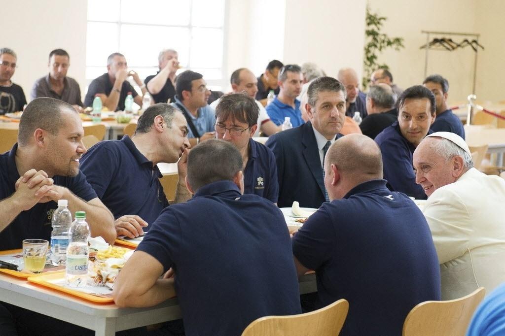25.jul.2014 - Papa Francisco surpreende funcionários do Vaticano e almoça no refeitório. O pontífice entrou na fila para pegar a bandeja onde foi servido o almoço