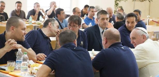 Papa Francisco conversa com funcionários do Vaticano durante almoço em bandejão