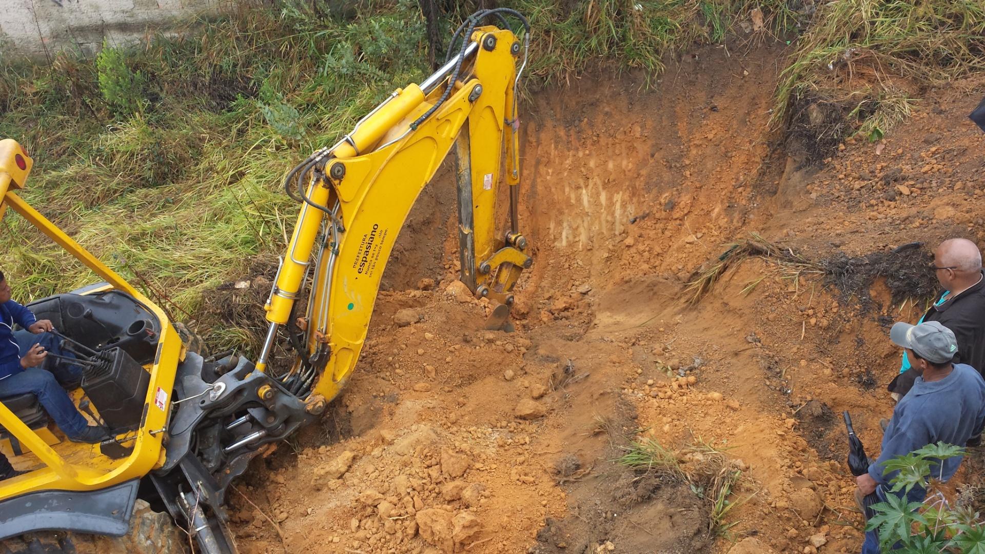 25.jul.2014 - Retroescavadeira começa trabalhos de escavação em região do bairro de Santa Clara, em Vespasiano, r