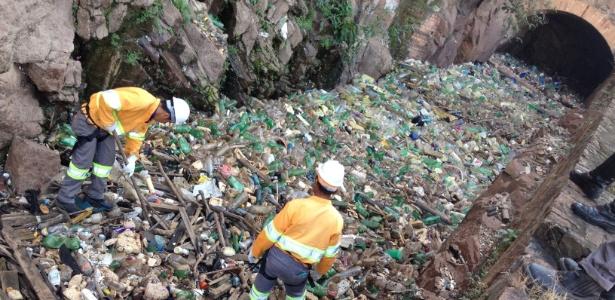 Trabalhadores da Prefeitura Municipal de Salto retiram entulho do leito do rio Tietê