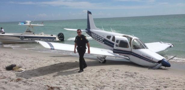 Foto divulgada pela polícia do condado de Sarasota mostra a aeronave Piper Cherokee acidente na praia de Venice, na Flórida