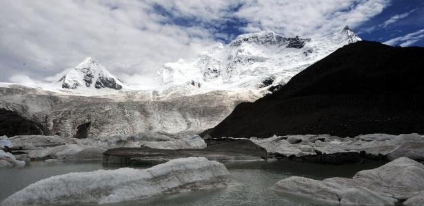 Geleiras derretem na montanha Sapukonglagabo, no Tibete